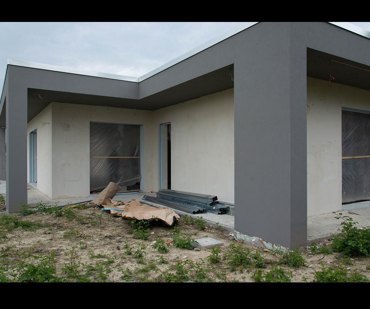 Portfolio Lapis Arredamento - Cantiere casa indipendente Incrocio di volumi immerso nel verde